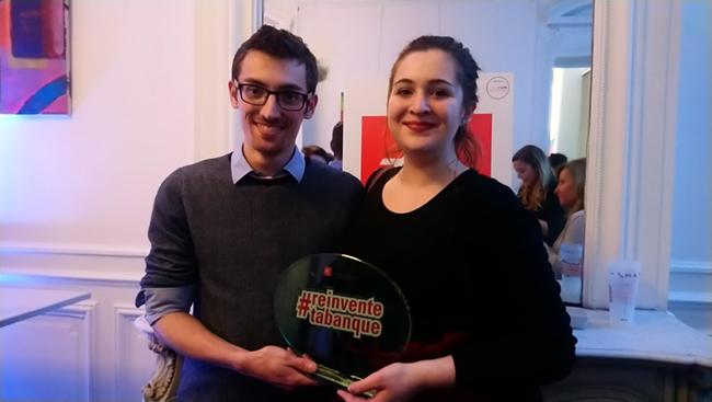 Etienne DECOURSELLE et Lauréline MARQUEGNIES avec le trophée #REINVENTETABANQUE